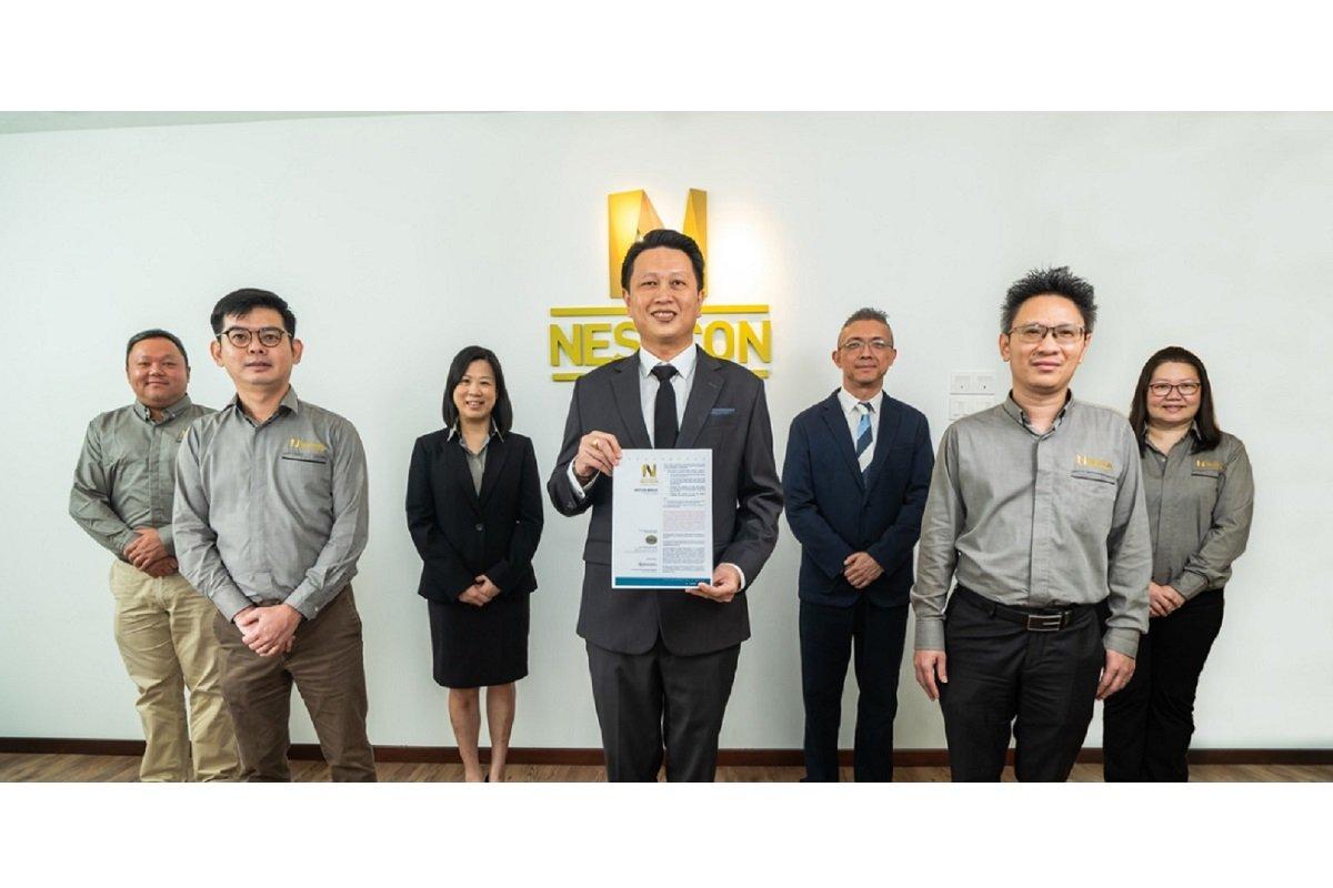 Nestcon集团董事经理拿督林启君(中)在财务总监Lim Joo Seng(左3)、M&A证券企业金融主管丁华代(右3)及Nestcon其他主要高级管理层陪同下推出招股书。(图片摄于FMCO前)