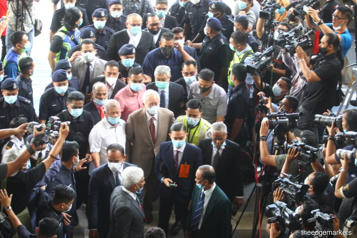 Najib entering the court complex earlier this morning. (Photo: Patrick Goh/The Edge)