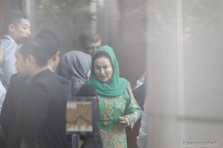 Still no sign of Rosmah leaving MACC after eight hours of questioning