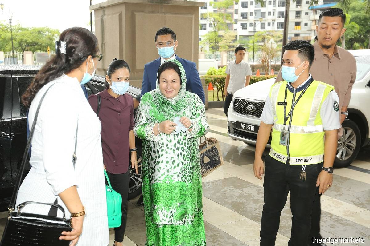Rosmah (centre) at the High court in Kuala Lumpur today. (Photo by Mohd Suhaimi Mohamed Yusuf/The Edge Markets)