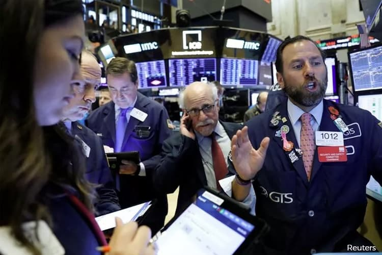 S&P 500 cracks 3,300 on strong bank earnings and retail data