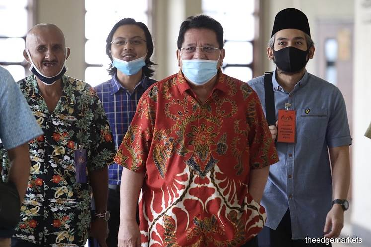 Tengku Adnan, accompanied by his supporters, at the Kuala Lumpur Court Complex on June 30. (Photo by Sam Fong/The Edge)