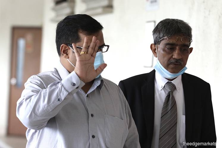 Carpet businessman Deepak Jaikishian (left) and his lawyer Mohd Haniff Khatri Abdulla at the Kuala Lumpur High Court today. (Photo by: Sam Fong/theedgemarkets)