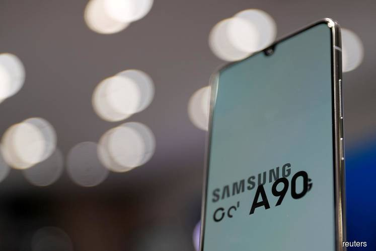 Samsung flags smaller-than-expected fall in Q4 profit as chip price fall eases