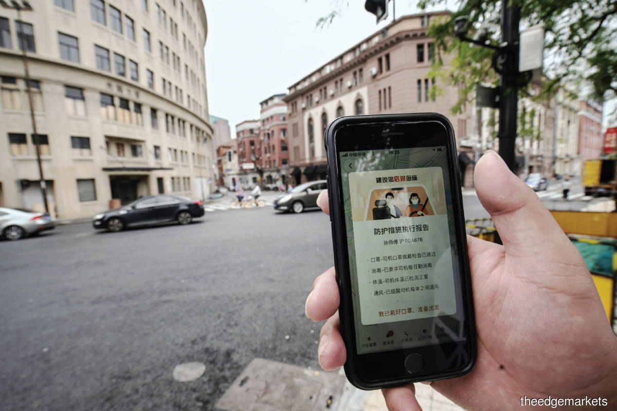 Didi's app being used in Shanghai.  The IPO flop shows investors have ride-hailing and delivery services fatigue. (Photo by Bloomberg)