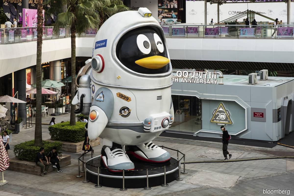 A Tencent's QQ penguin mascot standing in Shenzhen, China on Aug 15, 2019. Tencent's offer comes amid an escalating bidding war for Leyou, as Sony is also weighing a bid, Bloomberg News reported earlier this month. (Photo by Bloomberg)
