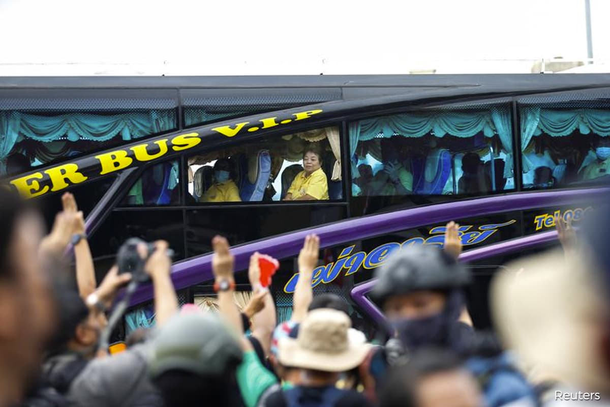 Rival groups face off on Bangkok streets as big protests persist
