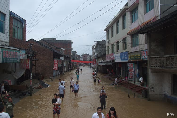 Thousands stranded, 5 killed, as heavy rain lashes south China