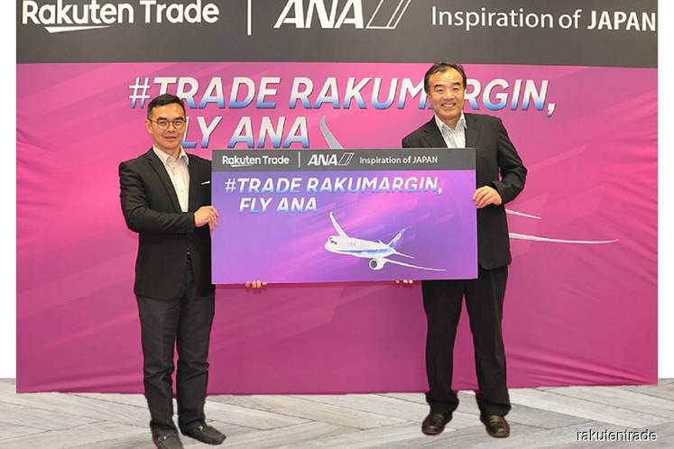 Rakuten Trade kicks off its Trade RakuMargin, Fly ANA Campaign with All Nippon Airways.(From Left) Mr Daniel Tan, Rakuten Trade Chief Information Officer, and Mr Kaoru Arai, Rakuten Trade Managing Director, at the inaugural ceremony. (Photo credit: Rakuten Trade Sdn Bhd)