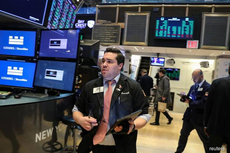 Wall St sinks for 3rd day as healthcare, energy slump