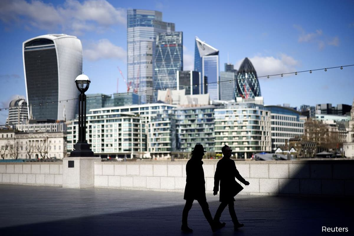 UK labour market weakens with unexpected drop in payrolls