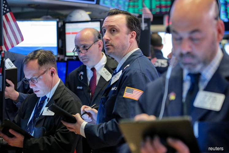 Wall St dips as FedEx issues profit warning; all eyes on Fed