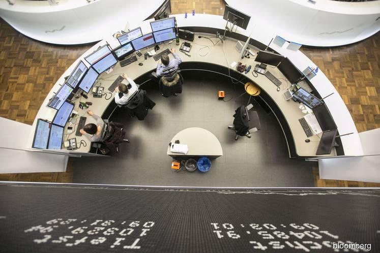 U.S. stocks mixed as investors weigh jobs, Amazon