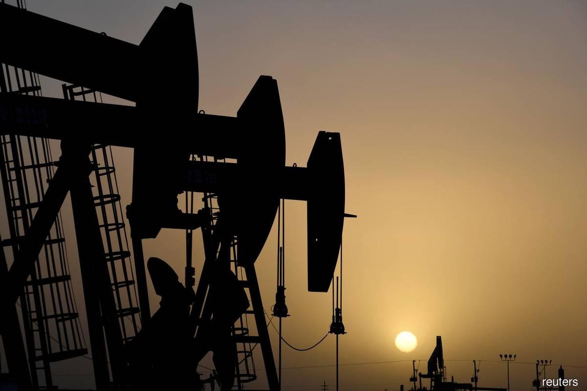 Oil steadies; virus concerns weigh as hurricane heads to US