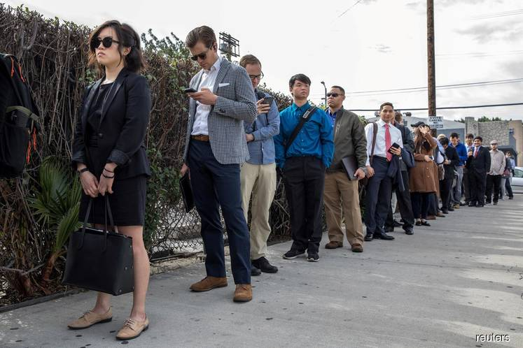 U.S. weekly jobless claims fall, but labour market momentum waning
