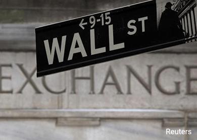 Wall St falls amid global growth worries