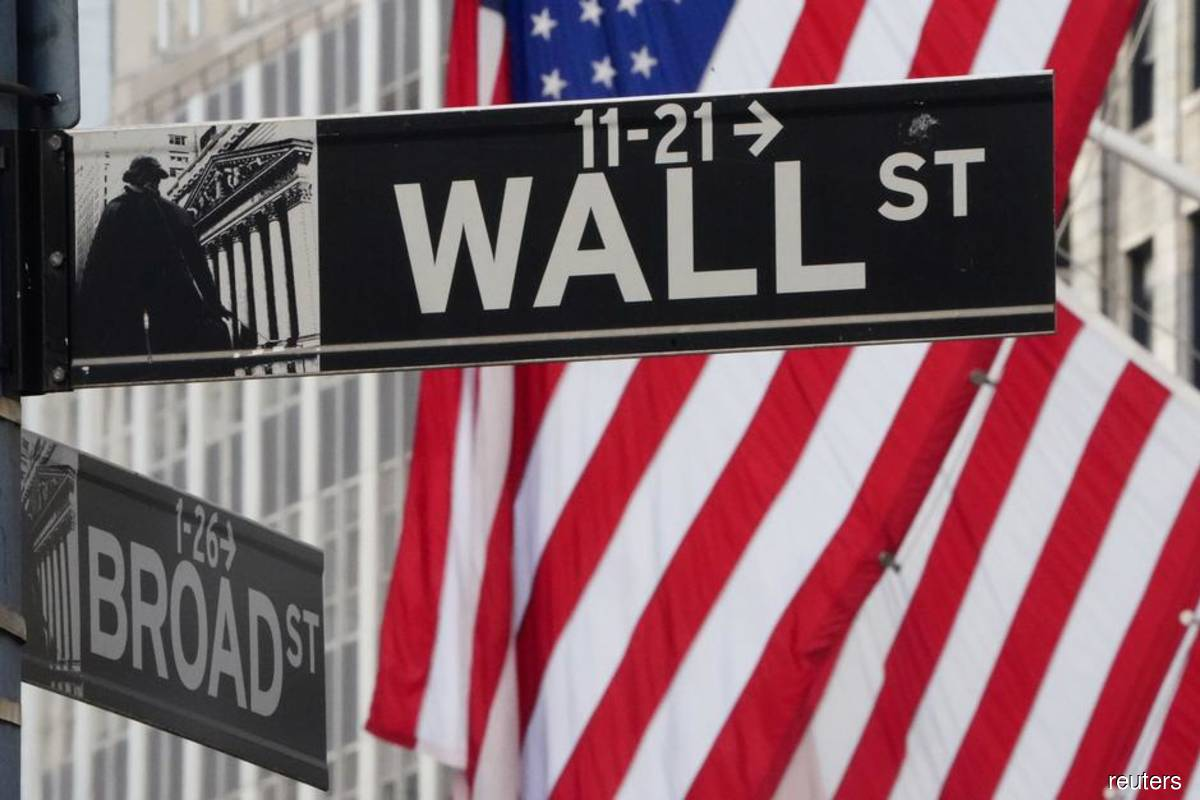 Wall St falls as pandemic hurts consumer confidence and earnings; stimulus plan underwhelms