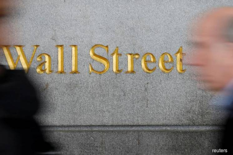 3M slump keeps Wall St under pressure, tech offers support