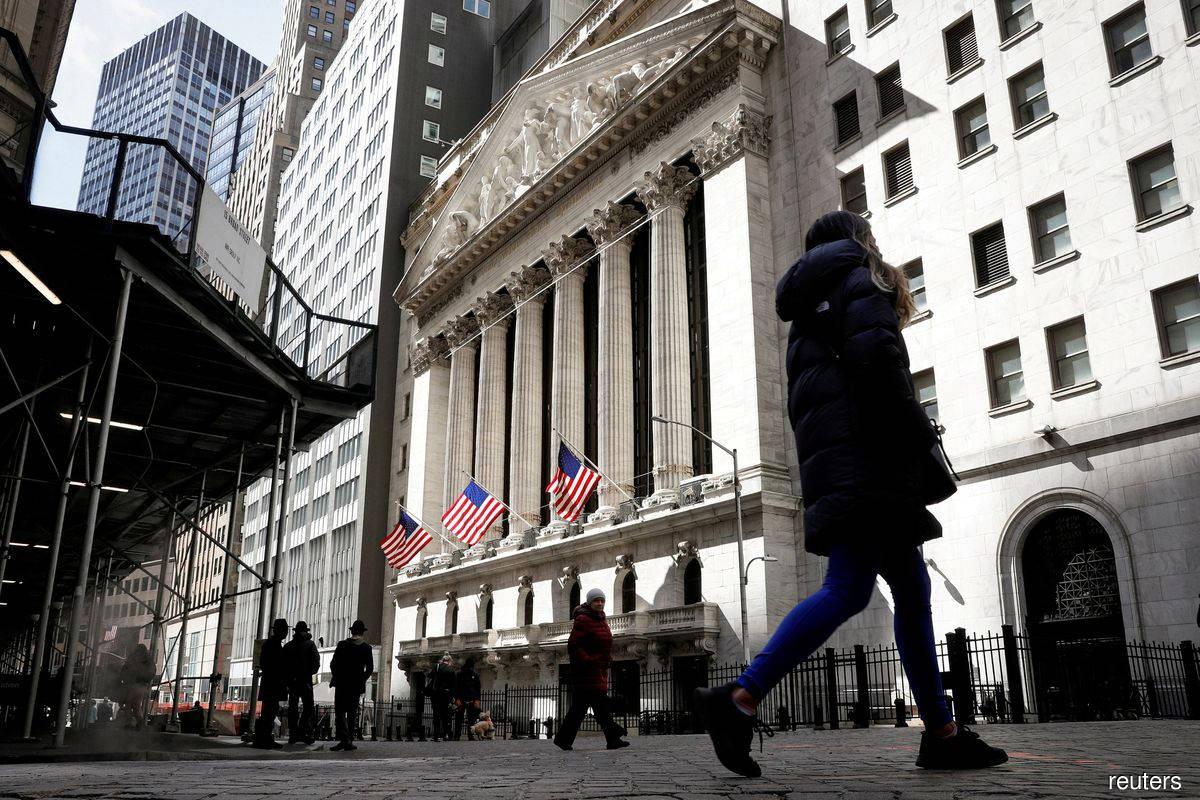 S&P 500 ends down; Big Tech lifts Nasdaq to record