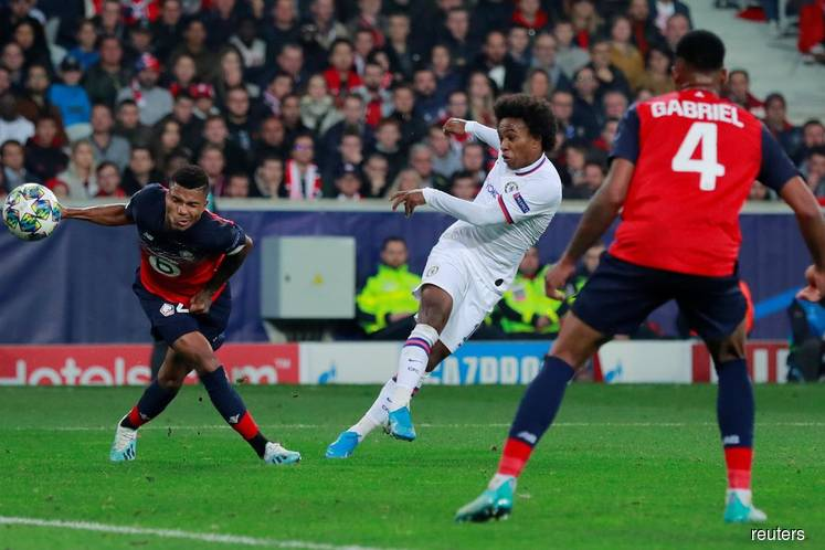 Superb Willian strike earns Chelsea win at Lille
