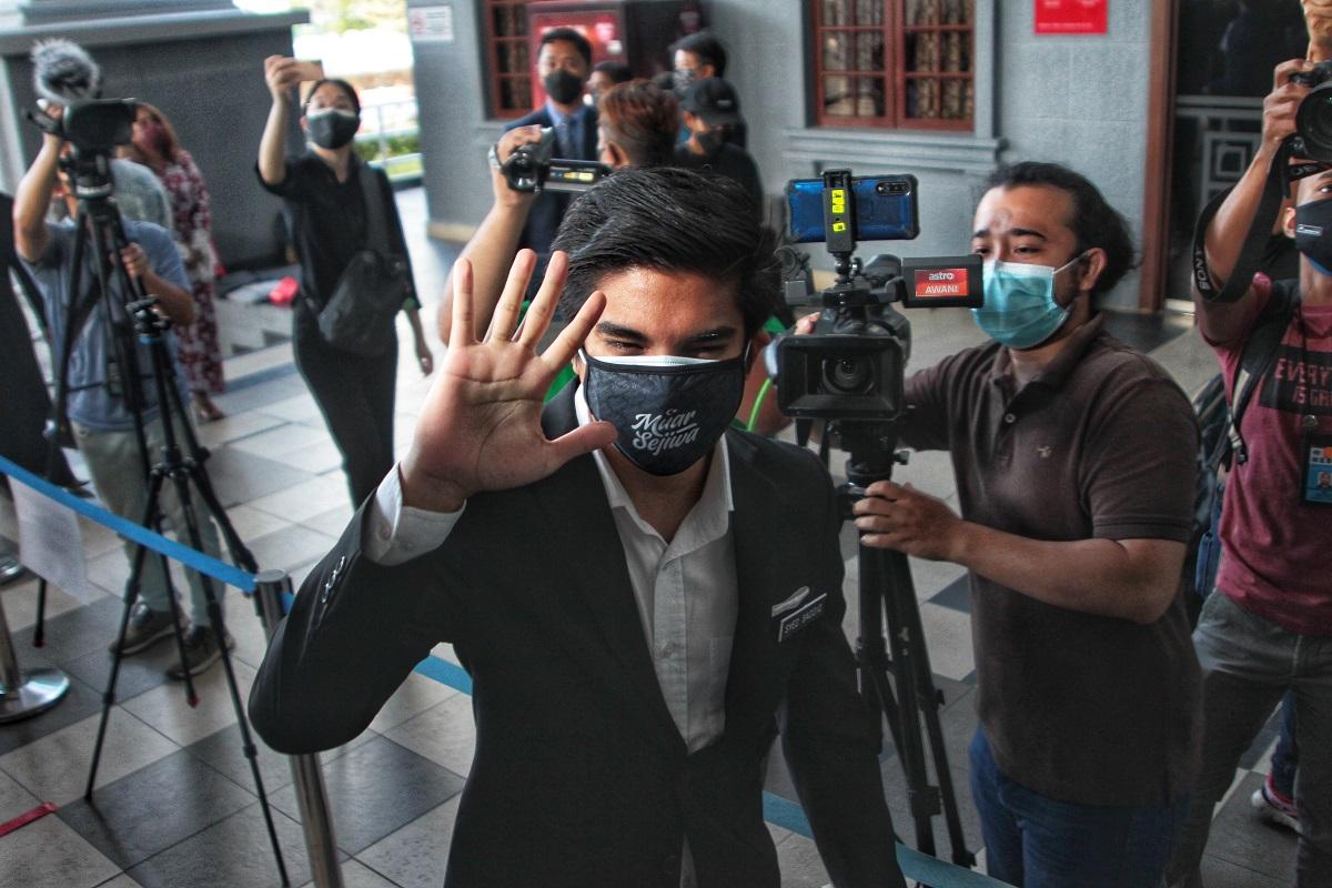 Syed Saddiq (waving) as seen at the Kuala Lumpur Court Complex today (July 22). (Photo by Zahid Izzani Mohd Said/The Edge)