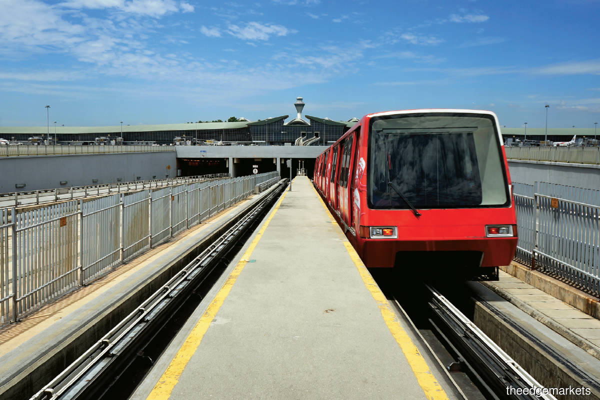 The current aerotrain, which uses self-propelled technology, was put to work in 1998 and underwent an upgrade in 2011