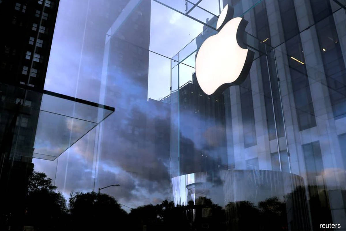 Apple fires manager who complained, allegedly for leaking data