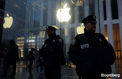 Apple-FBI battle over iPhone encryption rages on in New York