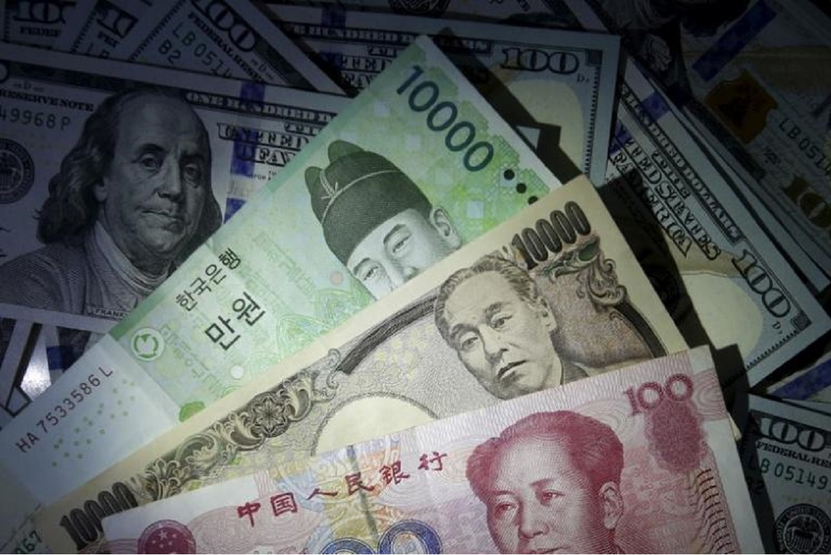 Asian currencies cheered by US dollar woes, Singapore shares falter