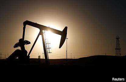 Oil falls 4 pct; U.S. crude draw seen as glitch