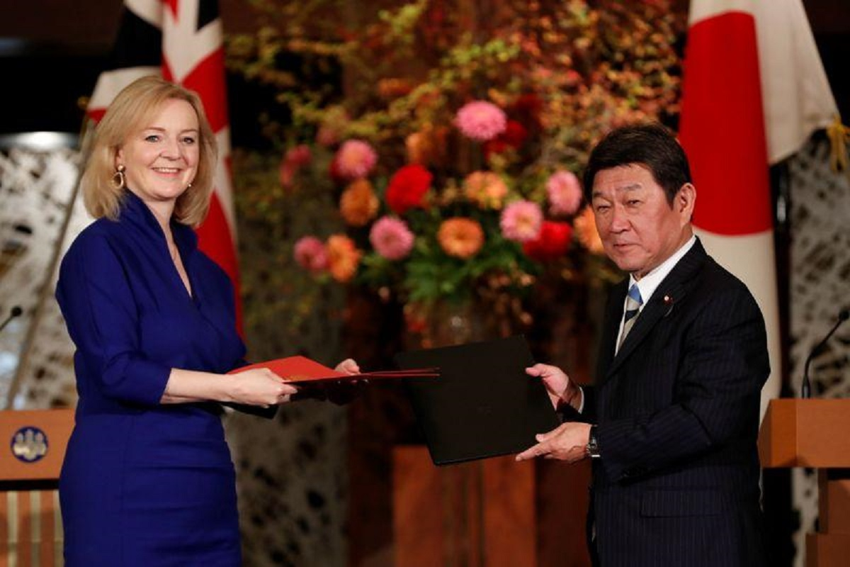 Britain's International Trade Secretary Elizabeth Truss and Japanese Foreign Minister Toshimitsu Motegi pose with documents at a signing ceremony of the UK-Japan Comprehensive Economic Partnership Agreement in Tokyo, Japan, Oct 23, 2020. (Photo by Reuters)