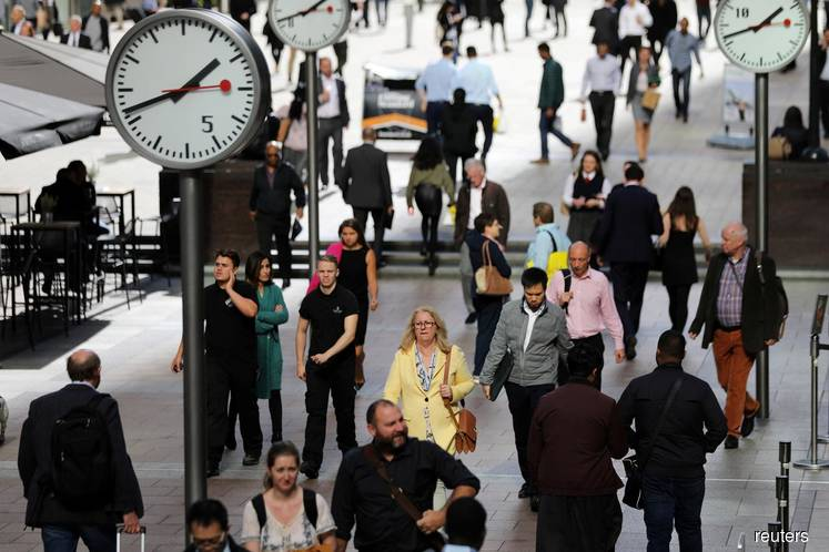 UK pay growth hits 4% for first time since 2008 but hiring slows