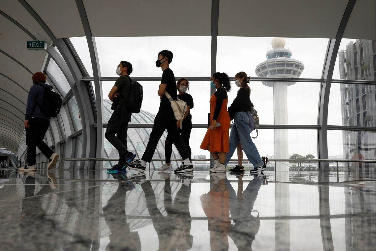 Singapore storms back toward pre-virus levels of air traffic