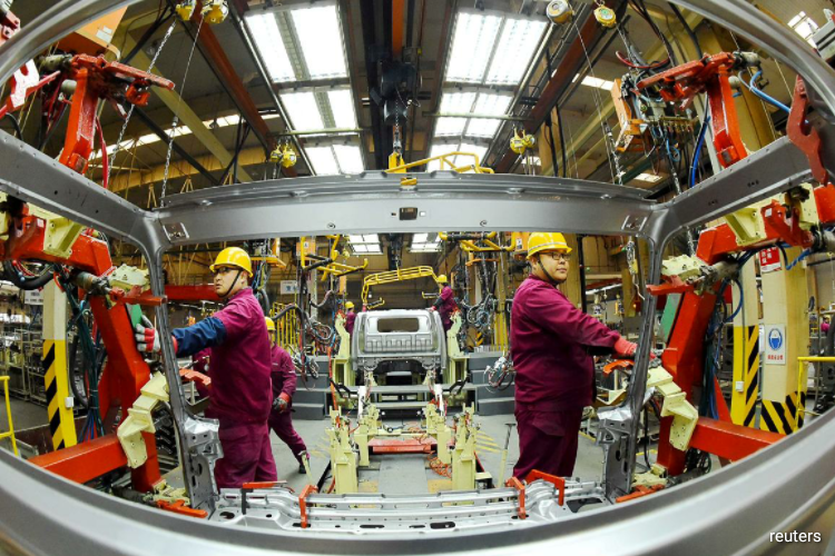 Profits at China's industrial firms in April fell 4.3% year-on-year to 478.1 billion yuan ($67 billion), after plunging 34.9% in March, the statistics bureau said on Wednesday. (Photo by Reuters)