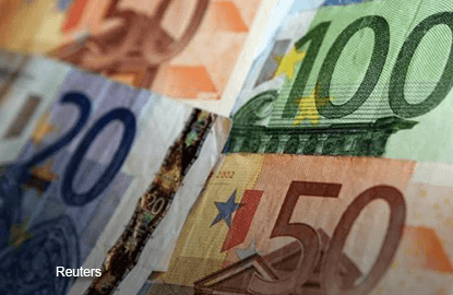 French political noise pushes euro below US$1.05