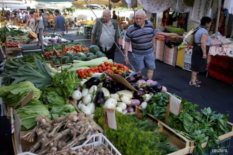 Euro zone inflation drops more than foreseen, trade surplus widens