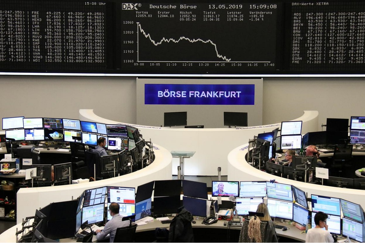 European shares sink to one-month lows as Covid-19 cases surge