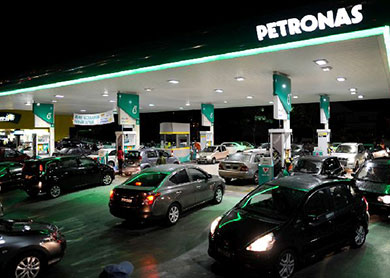 cars_queue_at_petrol_station-RON95_price_increase-011014-TMI-NAJJUA