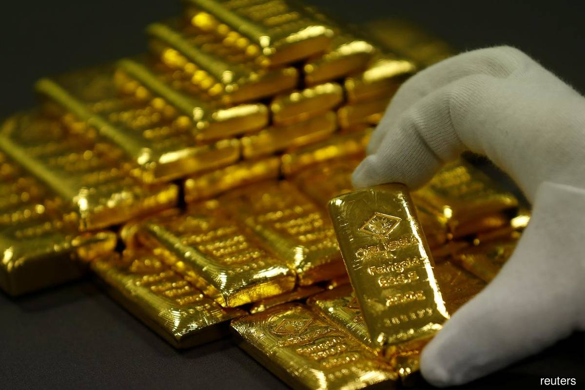 Gold rises as weaker dollar, recovery fears lift demand