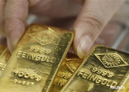 Gold struggles on dollar, fails to benefit from falling equities
