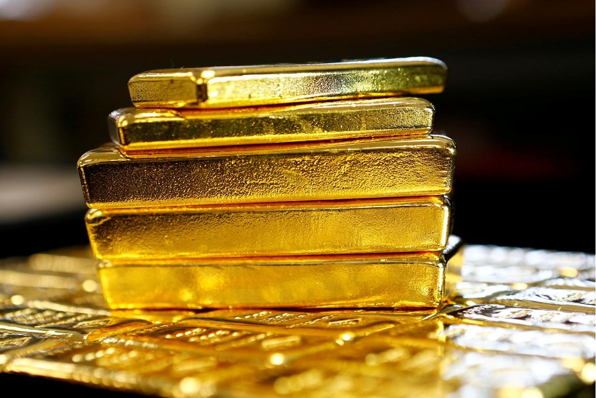 Gold flirts with record peak on bleak economic outlook