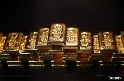 Gold retreats from 11-week peak ahead of US payrolls data