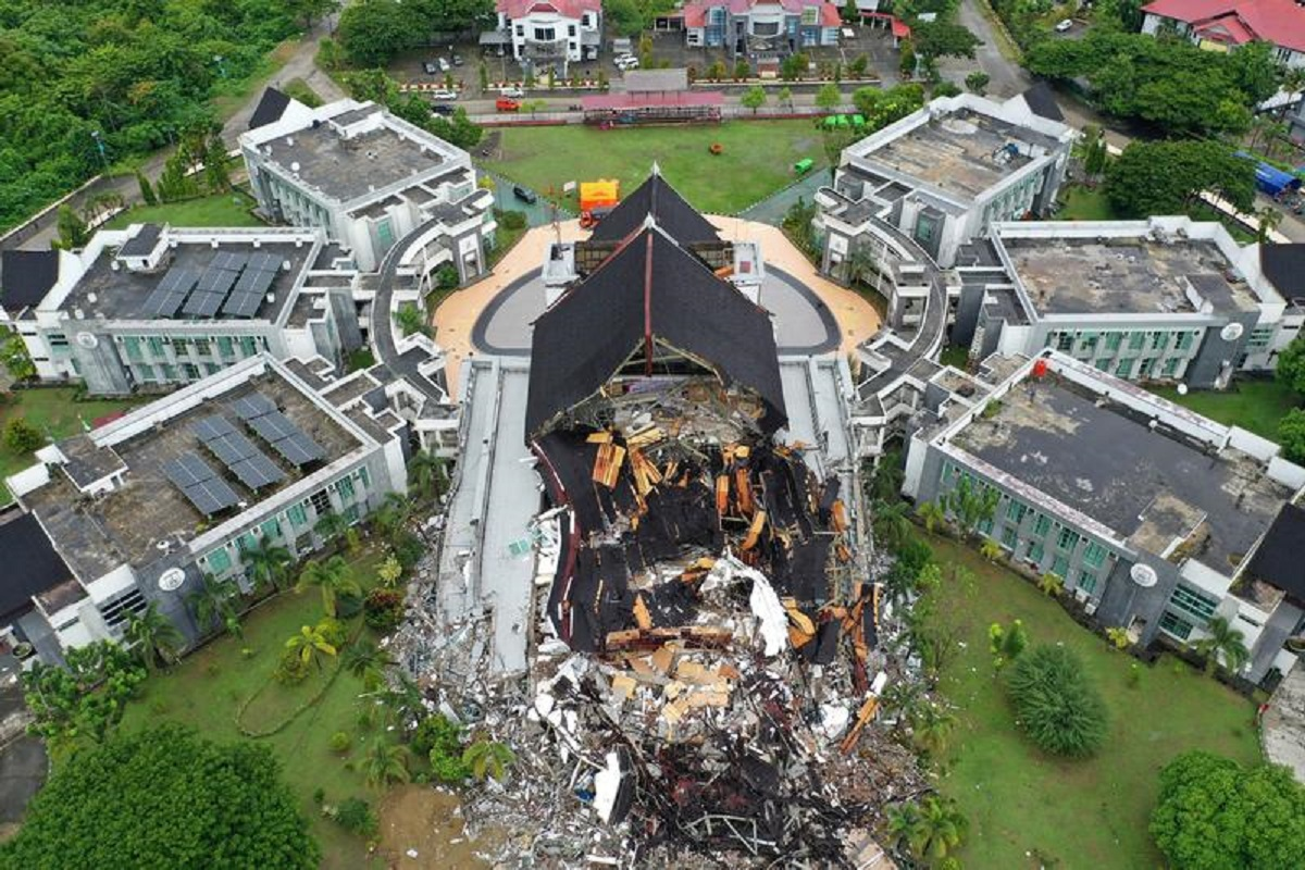 An aerial picture shows damaged governor of West Sulawesi province's office following an earthquake in Mamuju, West Sulawesi, Indonesia, Jan 16, 2021. (Photo by Antara Foto/Sigid Kurniawan/via Reuters)
