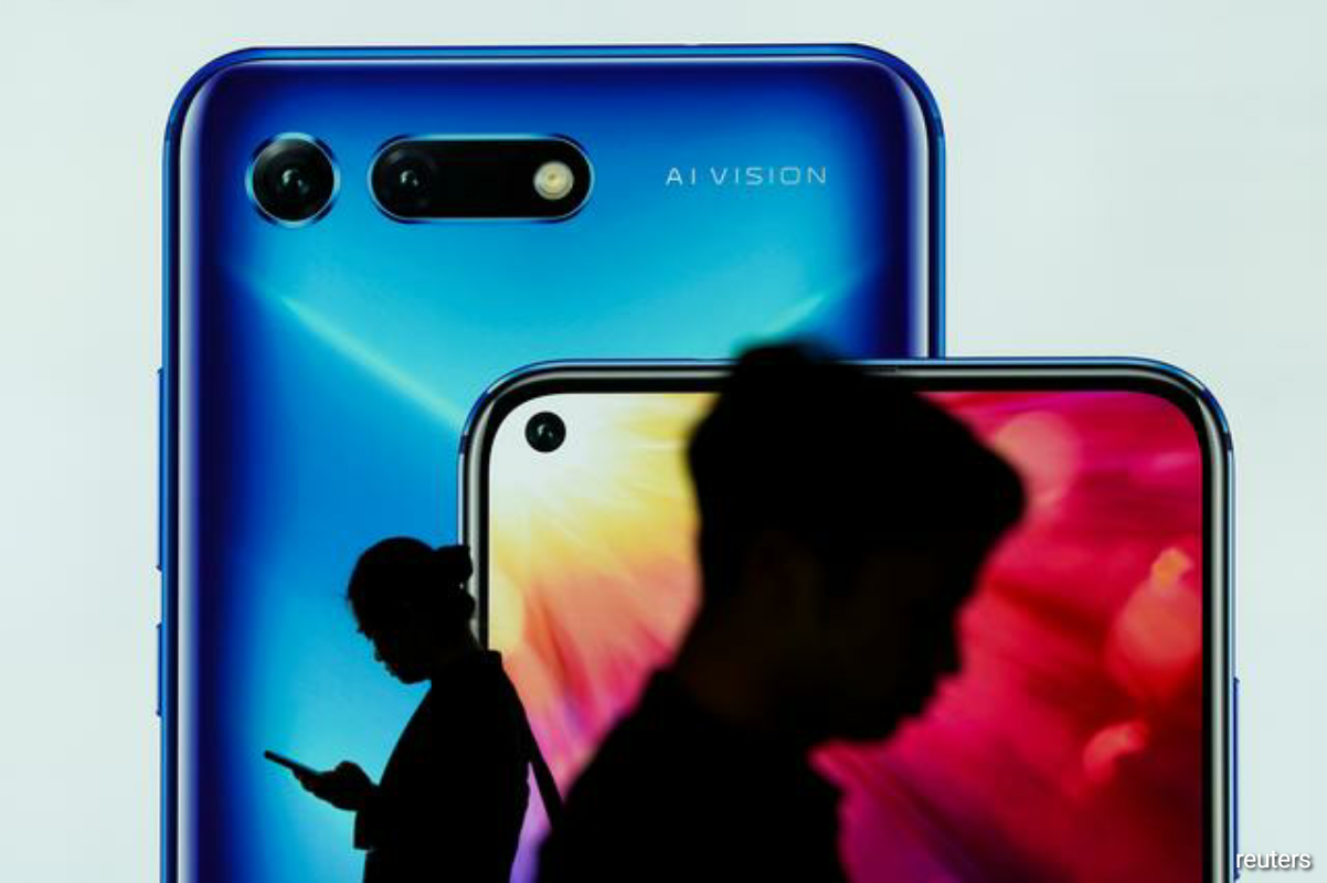 Digital China, the main distributor for Honor phones, has emerged as the frontrunner but other prospective buyers include Chinese electronics maker TCL and rival smartphone maker Xiaomi Corp 1810.HK, the people said. (Photo by Reuters)