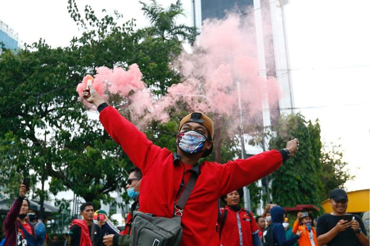 """Members of Indonesian trade unions protest against the government's labor reforms in a """"jobs creation"""" bill in Jakarta, Indonesia, Oct 22, 2020. (Photo by Reuters)"""