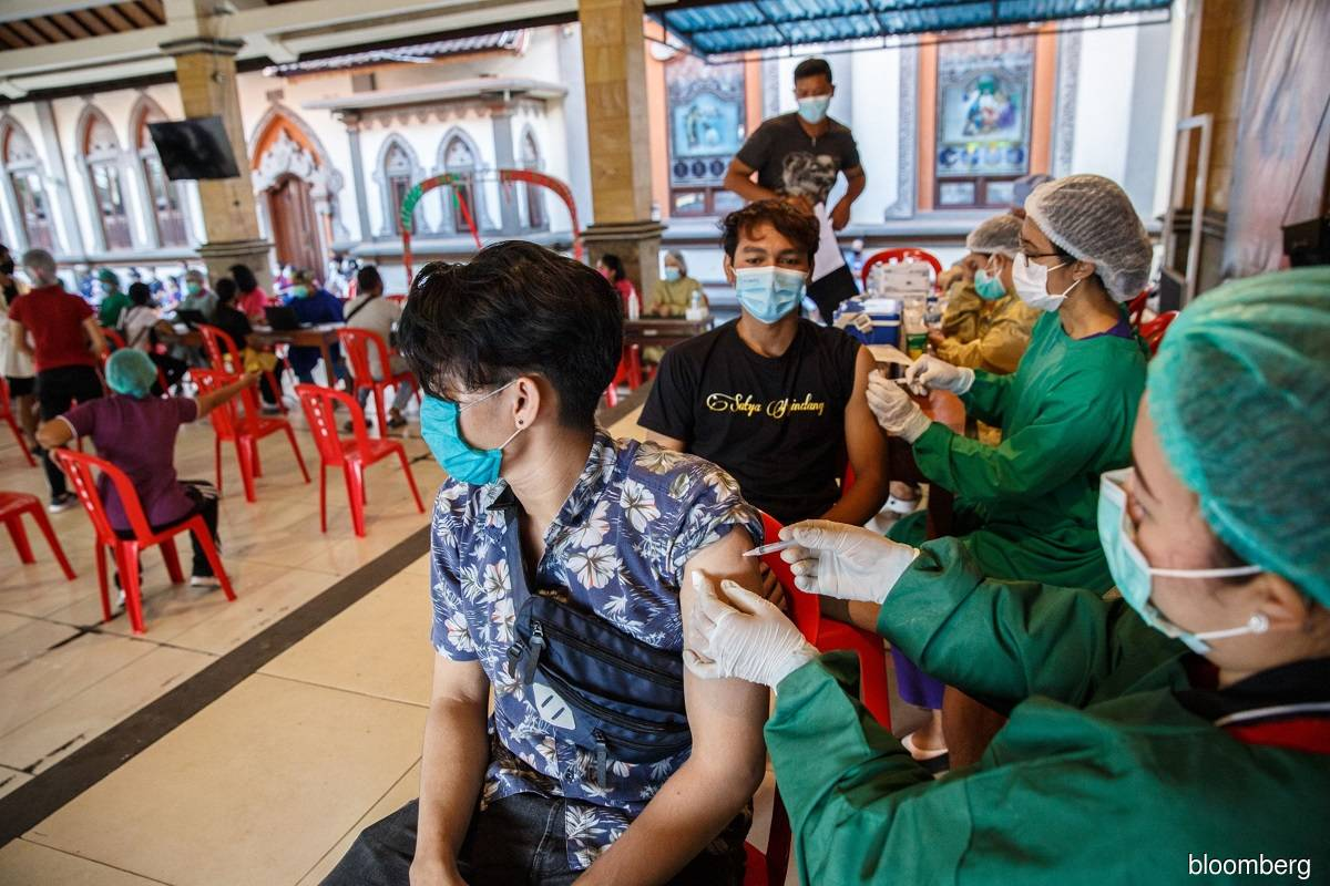 Indonesia begins privately run vaccination to boost economy