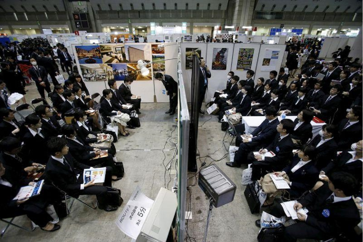 Job seekers attend orientation sessions at company booths during a job fair held for fresh graduates in Tokyo, Japan, March 20, 2016. (File pix by Reuters)