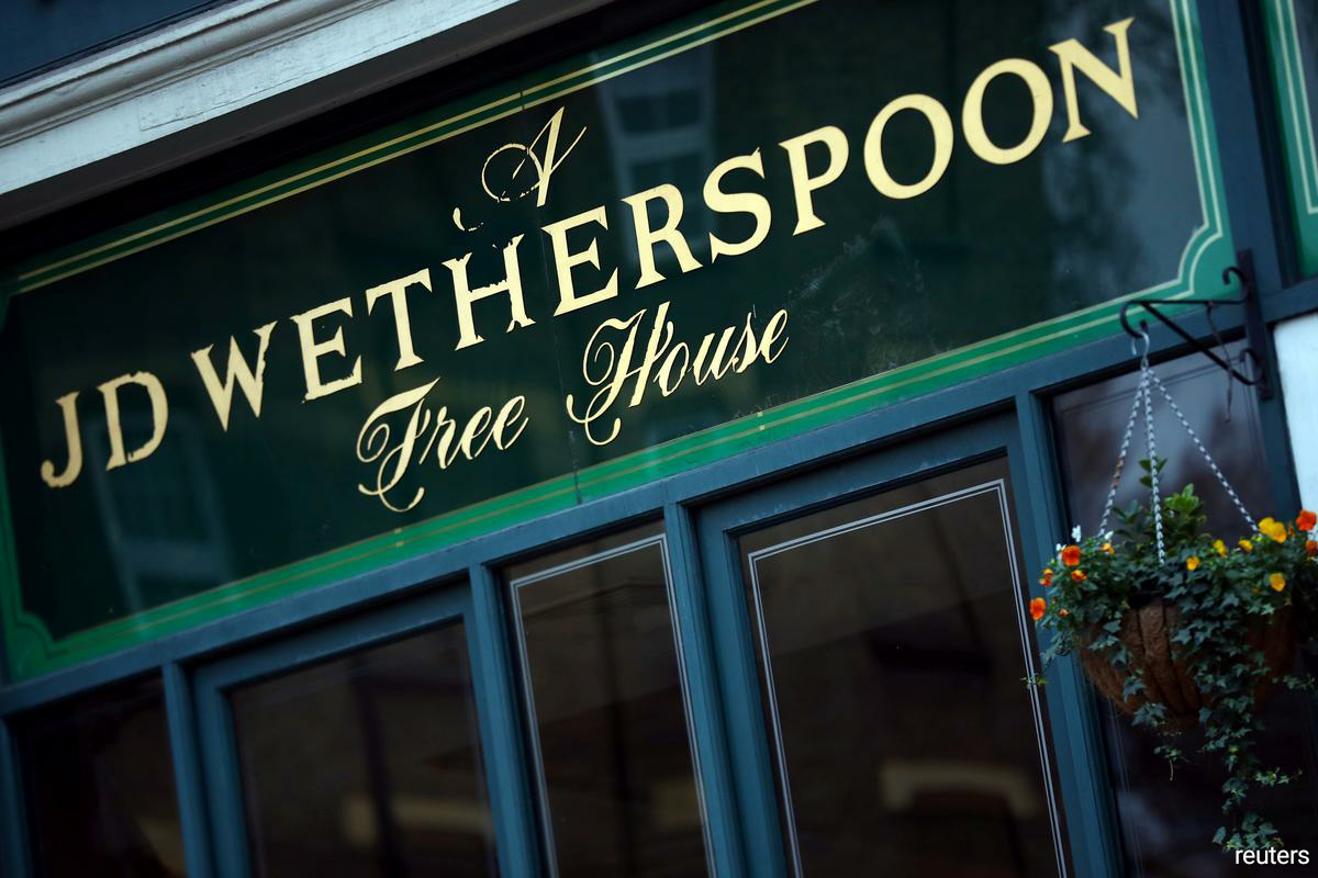 Pub operator JD Wetherspoon to cut 400-450 airport jobs