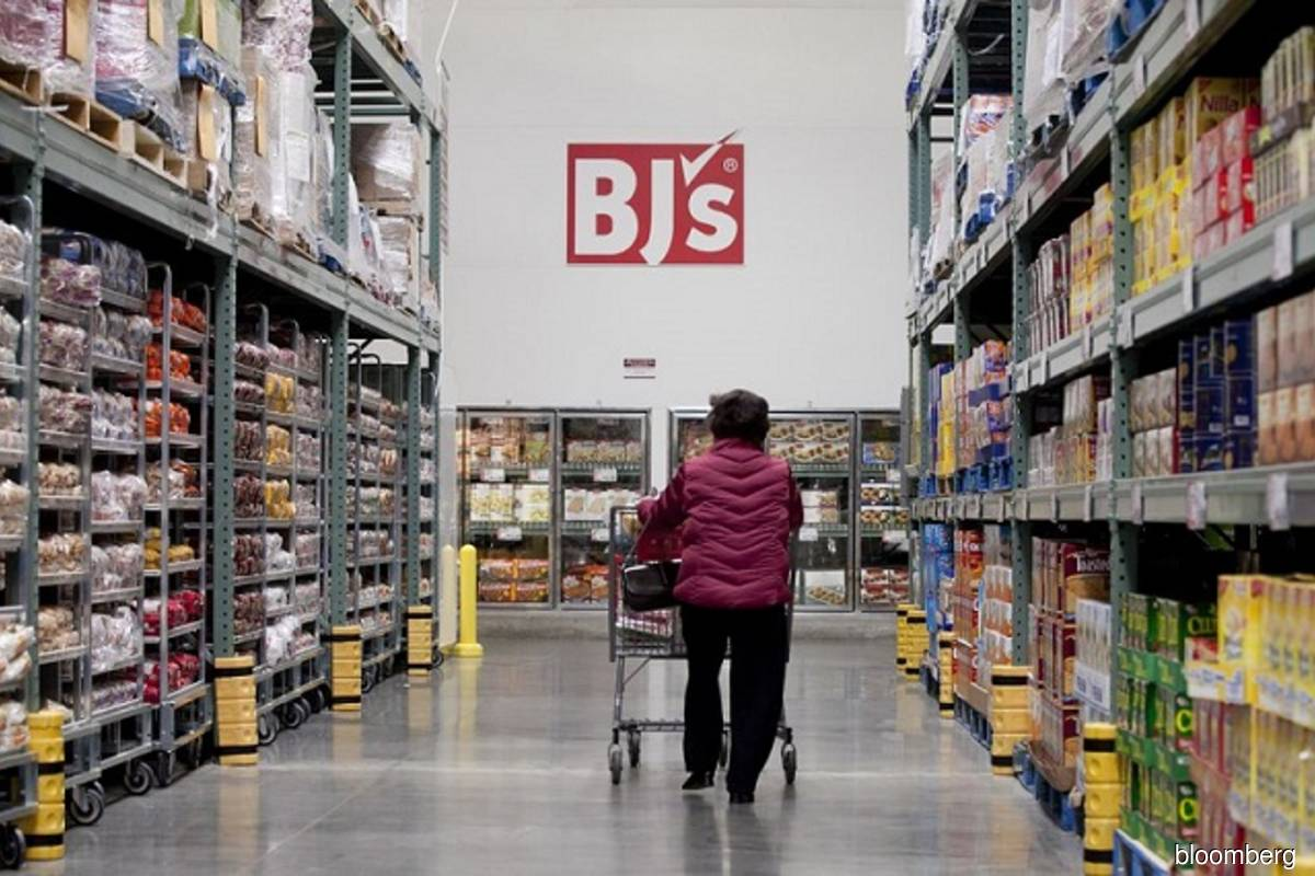 A lady shopper strolls with her shopping cart at a BJ's Wholesale Mart warehouse (Bloomberg filepix)