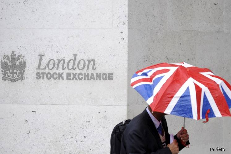 FTSE 100 falls as banks and drugmakers drop